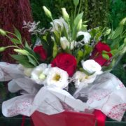 buque de rosas vermelhas com liziantos branco